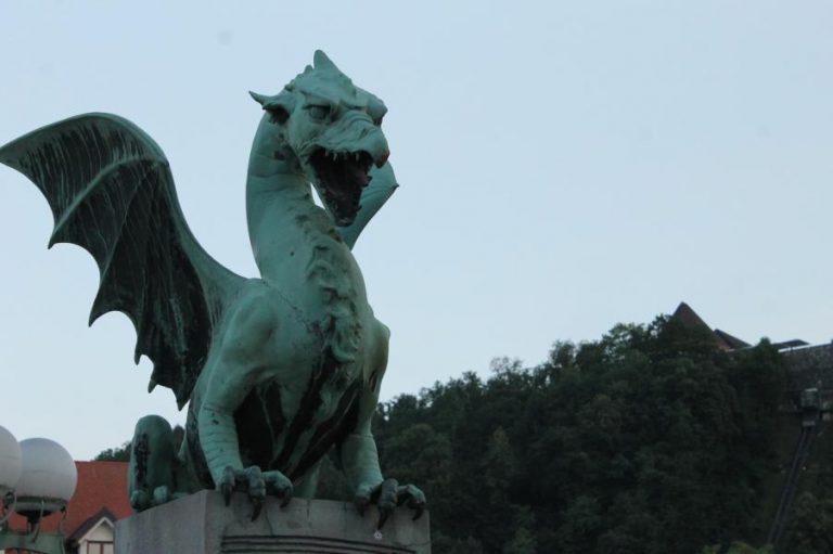 einer der berühmten Drachen der Drachenbrücke