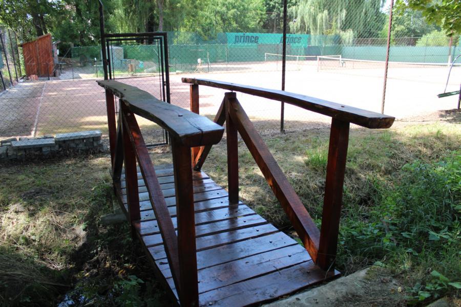 die angestrichene Holzbrücke